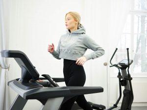 Kvinna tränar på löpband - Nina Strauss