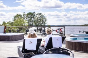 Kvinnor relaxar på bryggan vid Sjöbastun