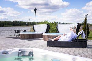 Gäster relaxar vid Sjöbastun