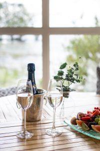 Rånäs champagne och frukt vid Sjöbastun