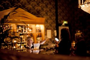 Slottsbaren där gäster beställer med servitris