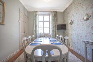 Fredrika - konferenslokal Slottet med blommiga tapeter och gröna gardiner