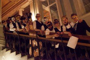 Nyår personal i slottstrappen med masker