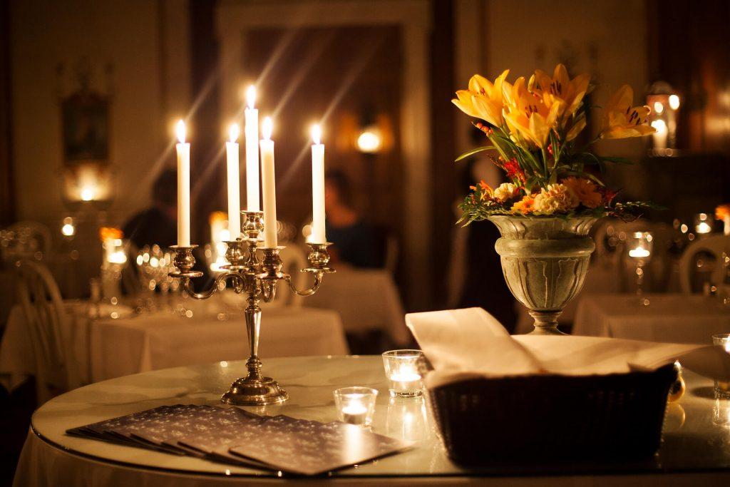 Ljusstake i matsalen samt blomsteruppsättning