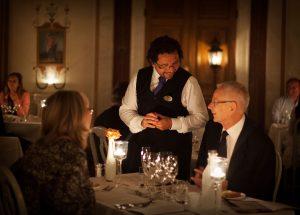 Servitör tar beställning från middagsgäster