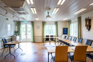 Konferenslokal - Vallonsalen ställd i ubord med bord, stolar och blädderblock
