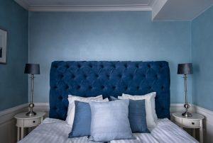Hotellrum 20 med blå sängavel och blå kuddar