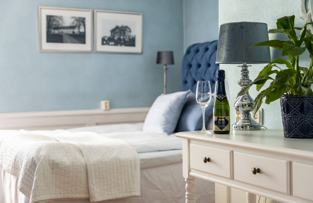 Hotellrum 20 blå sängavel och champagne