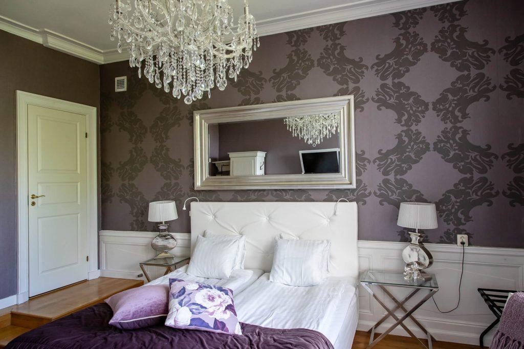 Hotellrum 22 med vit sänggavel och sängbord