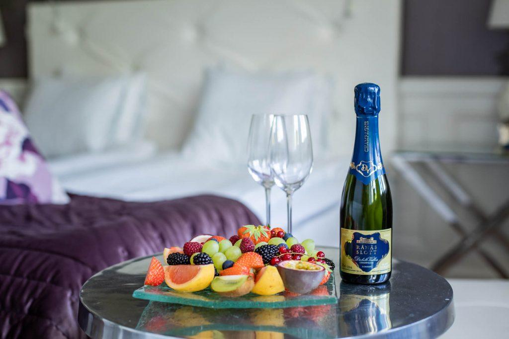 Champagne och fruktfat