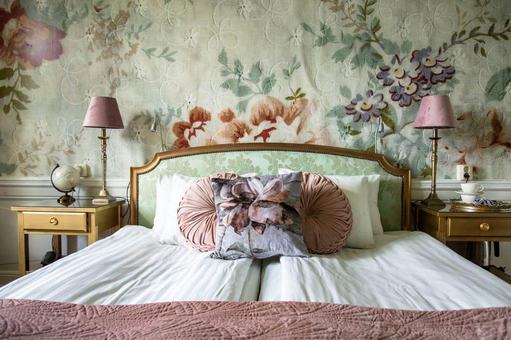 Rum 23 med säng och sängbord
