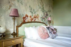 Rum 23 på slottet med säng och sängbord