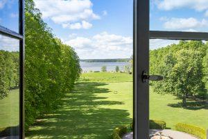 Sommarvy från slottets fönster ner mot slottsparken