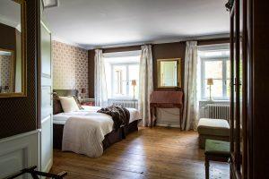 Rum på Slottet med bruna tapeter
