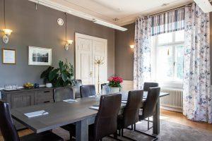 Konferenslokal Eleonora på Slottet med läderstolar och grått bord