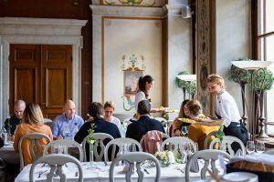 Bordsservering i matsalen Galleriet, personal och gäster