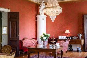 Röda Salongen med kaffebuffe, kakelugn och kristallkrona