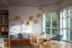 Hattar på väggen i relaxavdelningen med bambumöbler