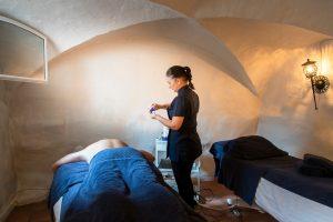 SPA-terapeut som masserar gäst