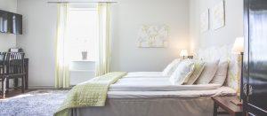 Hotellrum 29 i Vallonhuset, med limegrönt överkast och gardiner