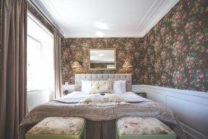 Hotellrum 7 på Slottet - vy mot sängen, bruna tapeter