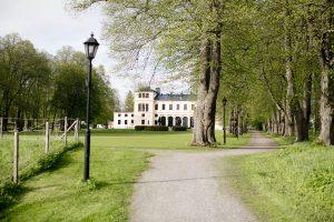 Gångväg från Sjöbastun upp mot slottet
