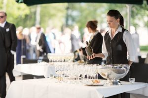 Fördrink på slottsterrassen - servitris fyller glas