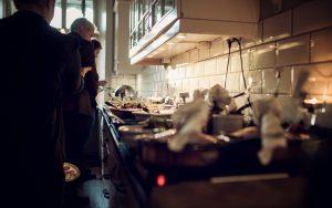 Den varma maten på julbordet uppdukat i lilla köket