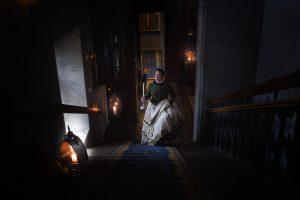 Slottsfrun Maria Gustava vid entrén