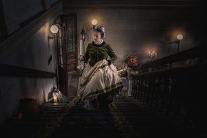 Slottsfrun Maria Gustava gåendes i trappan