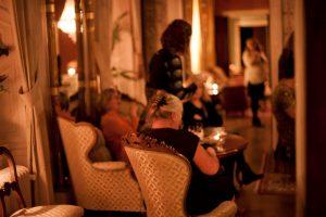 Salongerna på Slottet med gäster sittandes i fåtöljer
