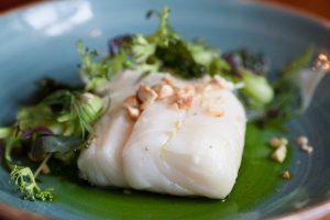 Uppläggning mat torsk och broccoli, blått fat