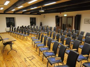 Konferenslokal Stenkvarn - skolsittning med svarta stolar