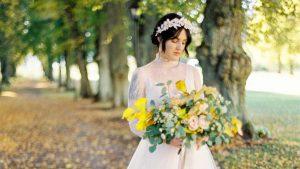 Bröllopsbrud med blomsterbukett i allen