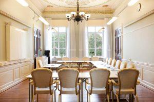 Konferenslokal Didrik Slottet med ljuskrona och takmålningar