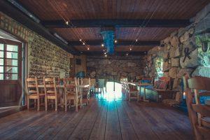 Ölstugan cafédel i Stenkvarn med trägolv och stenväggar