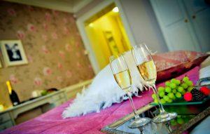 Hotellrum 14 med champagneglas och vindruvor på fat
