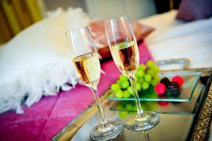 Champagneglas med vindruvor och choklad