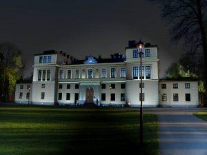 Nattbild på Slottet nattetid med gatulykta
