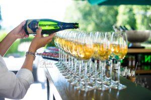 Rånäs champagne som hälls i glas
