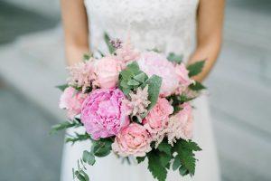 Brudbukett med rosa blommor